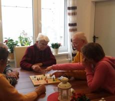 Brettspiel mit jungen Leuten